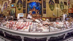 Интересный подход к дизайну рыбного магазина фото